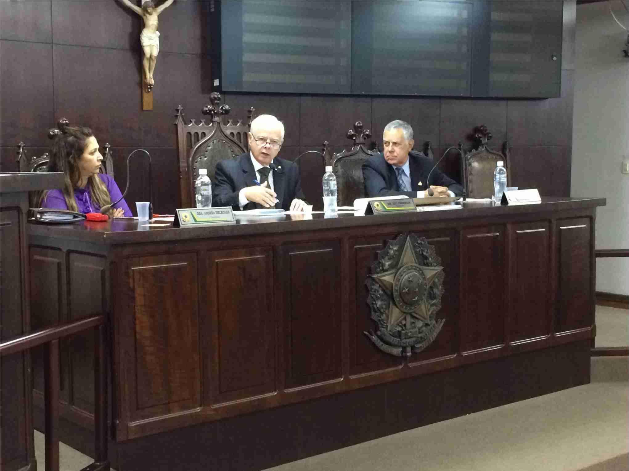 Vereador e presidente da Casa, Edu Fenerichi (PPS), no centro. Ao lado, Rubinho Gama (PTB) e Drª Andréa (PSDB) (Foto: Câmara M. de Jaboticabal)
