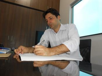 Presidente da Associação dos Contabilistas, Antoniel Verra, em seu escritório (Foto: Fábio Penariol/Jornal 101)