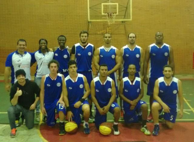 Equipe adulta masculina de basquete da FAE (Foto: Assessoria de Com. da Prefeitura)