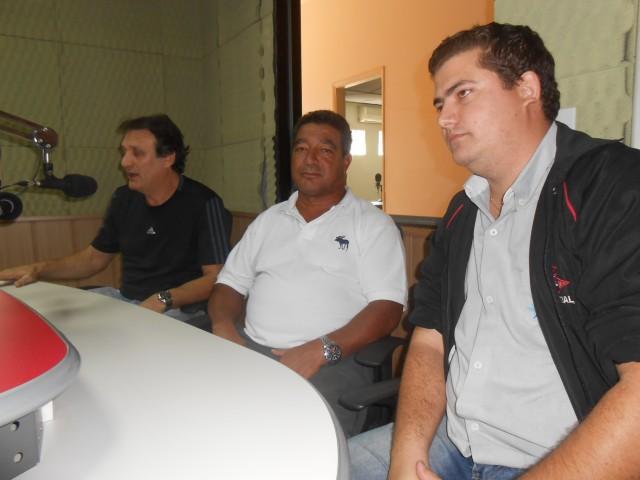 'Gustavinho' ao lado de Evandro (à direita) e Ailton (à esquerda) (Foto: Fábio Penariol/Jornal 101)