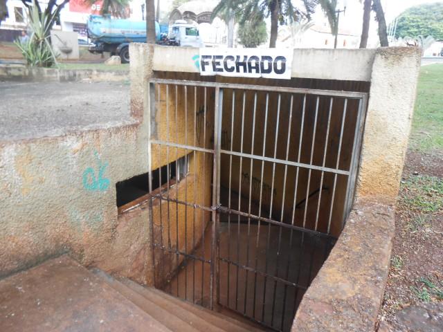 Segundo um funcionário que trabalha na Praça Dr. Joaquim Batista, o banheiro está fechado há cerca de um ano (Foto: José Luís Moiteiro/Jornal 101)