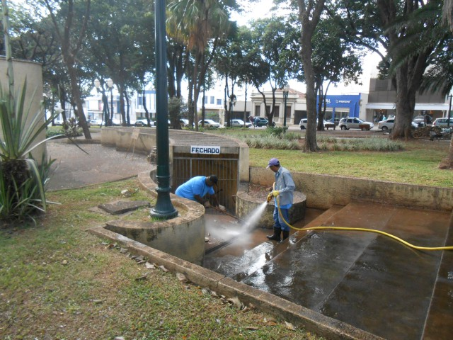Funcionários fazem a limpeza do local constantemente, apesar do banheiro ficar de portas fechadas (Foto: José Luís Moiteiro/Jornal 101)