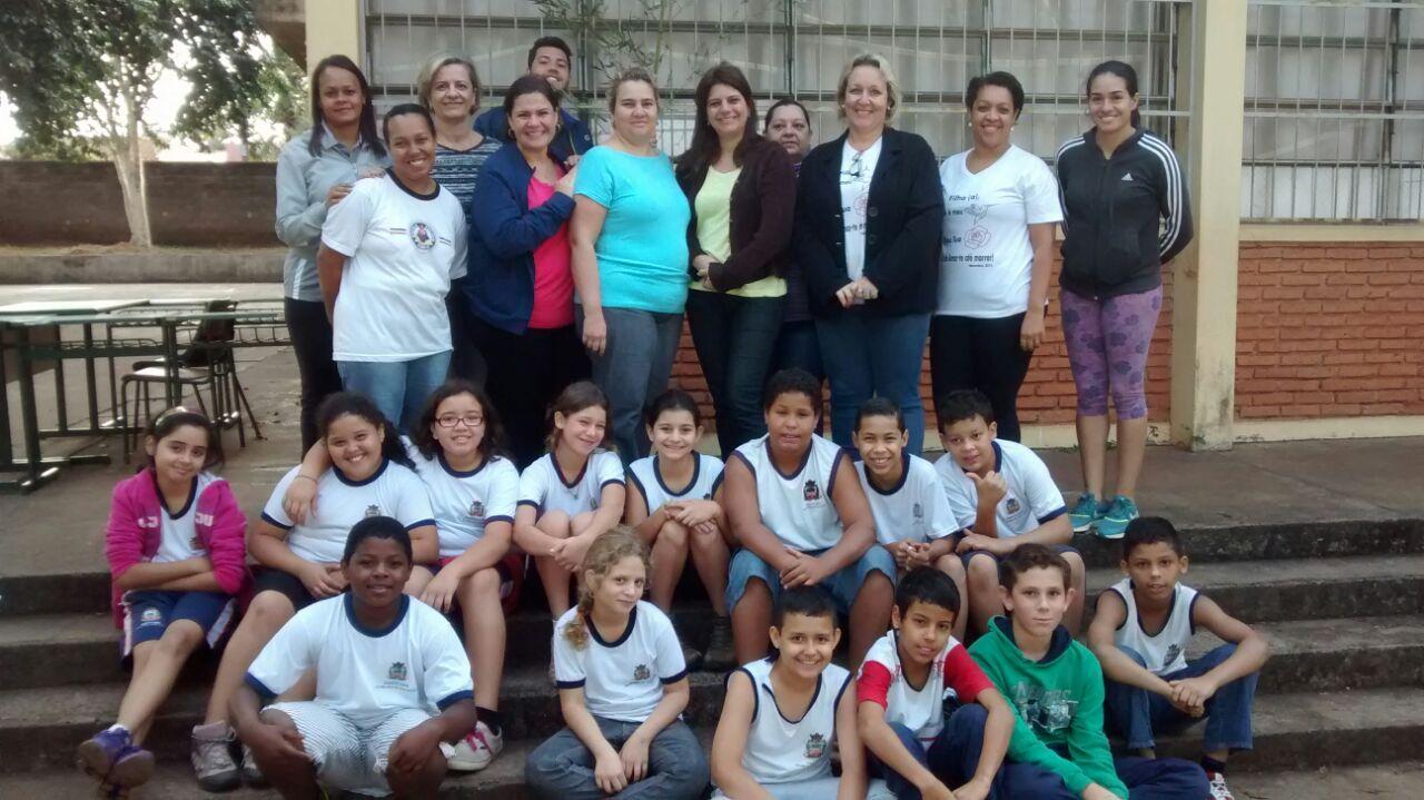 """Crianças e responsáveis pela escola """"Afonso Todaro"""" (Foto: Divulgação)"""