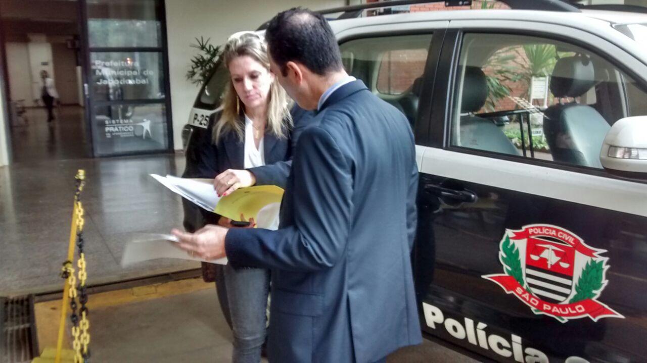 Promotora de Justiça da Comarca de Jaboticabal, Ethel Cipele, esteve no local durante a ação (Foto: Reginaldo Coelho/Jornal 101)