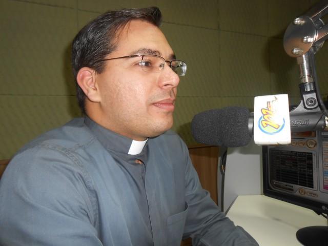 Padre falou sobre a benção dos pães, tradicional nas comemorações de Santo Antônio (foto: Fábio Penariol/Jornal 101)