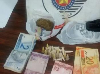 Drogas e dinheiro apreendidos em outra ação da polícia no plantão desta noite (Foto: Reginaldo Coelho/Jornal 101)
