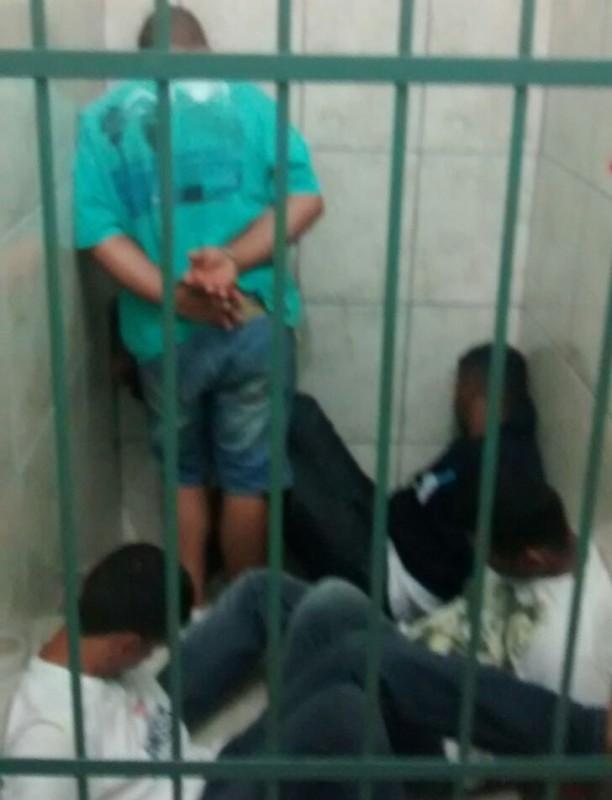 Quatro indivíduos foram presos na ação da polícia (Foto: Reginaldo Coelho/Jornal 101)