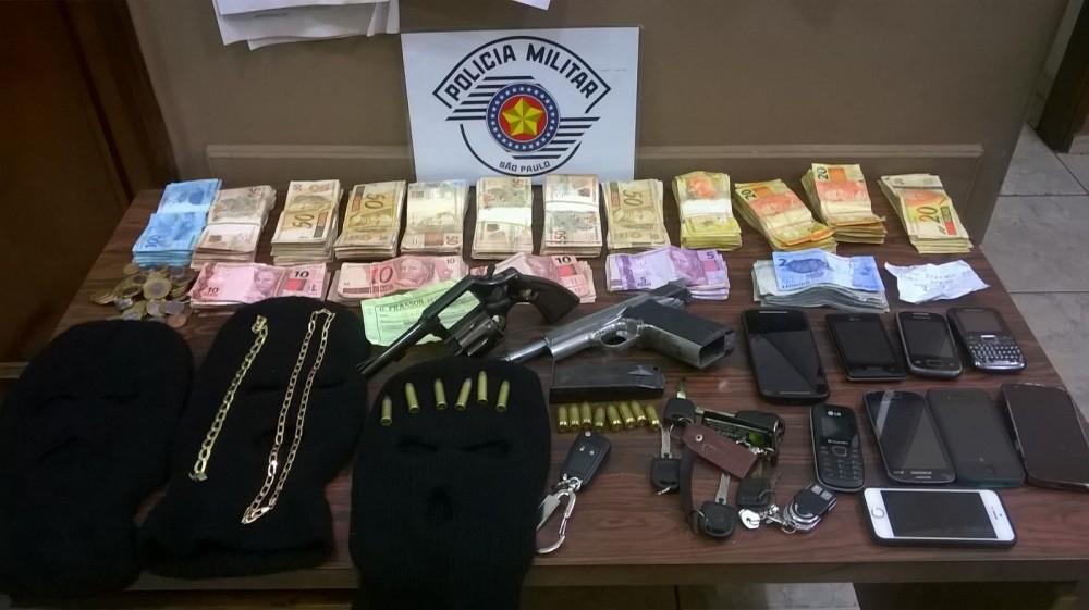 Além de cerca de R$ 46 mil reais recuperados, a polícia apreendeu armas, chaves, celular e outros objetos (Foto: Reginaldo Coelho/Jornal 101)