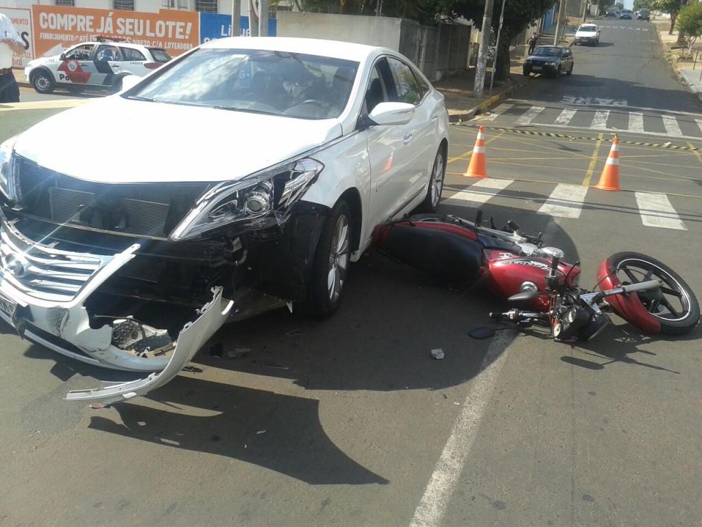 """Acidente desta manhã aconteceu em cruzamento na """"Marginal"""" (Foto: Reginaldo Coelho/Jornal)"""