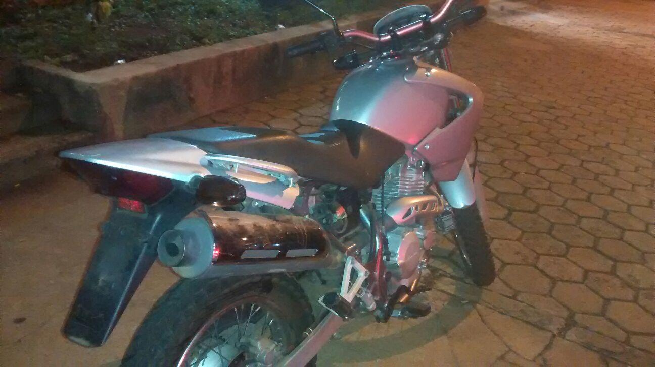 Moto recuperada em ação da PM (Foto: Reginaldo Coelho/jornal 101)