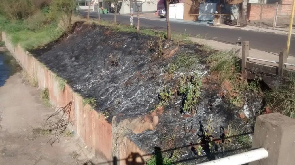Faíscas causadas pela batida deixaram uma área de mato seco queimada nas proximidades do local (Foto: Reginaldo Coelho/Jornal 101)