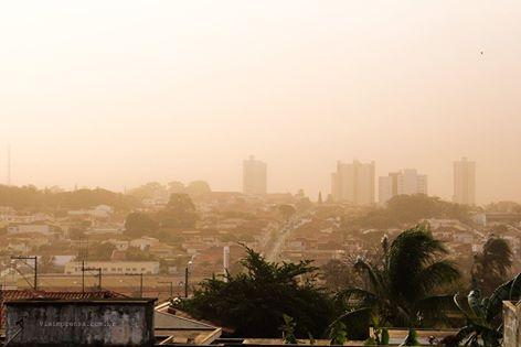 Céu ficou coberto com poeira na tarde da última segunda-feira (Foto: Via Imprensa)