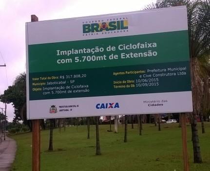 A obra, segundo informa a placa, teria início no dia 10 de junho de 2015 e término em 10 de setembro deste ano