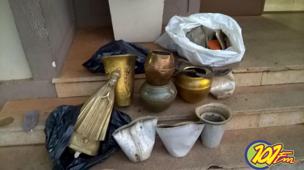 (Objetos de bronze, além de outros itens furtados (Foto: Reginaldo Coelho/Jornal 101)