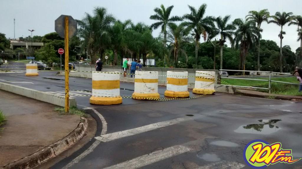 Ponte localizada na avenida Carlos Berchieri, nas proximidades do Paço Municipal (Foto: Reginaldo Coelho/Jornal 101)