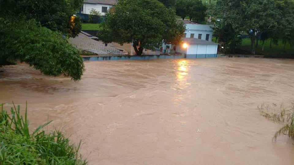 Na semana passada o aumento do volume do Córrego Rico prejudicou equipamentos usados para captação de água (Fotos: Reprodução/Adri Pinto)