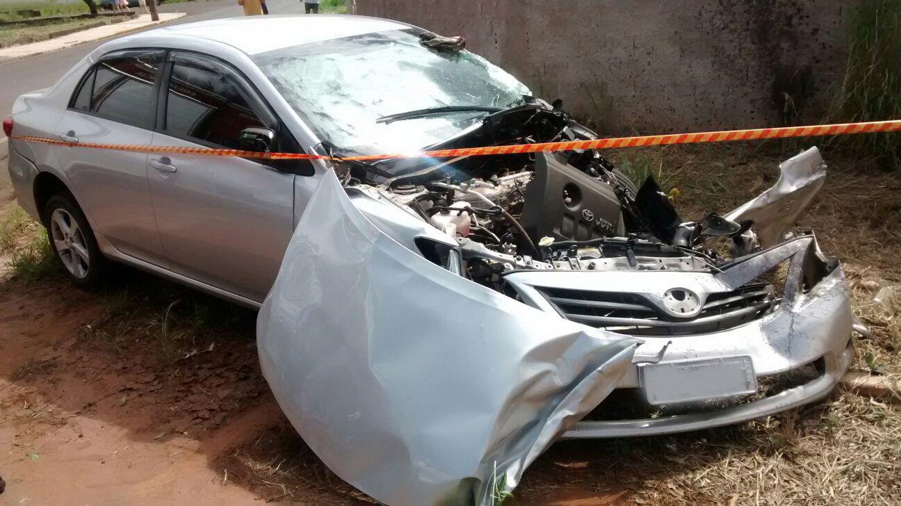 Antes de se chocar contra o portão o caminhão bateu em um veículo (Foto: Paulo Guimarães)