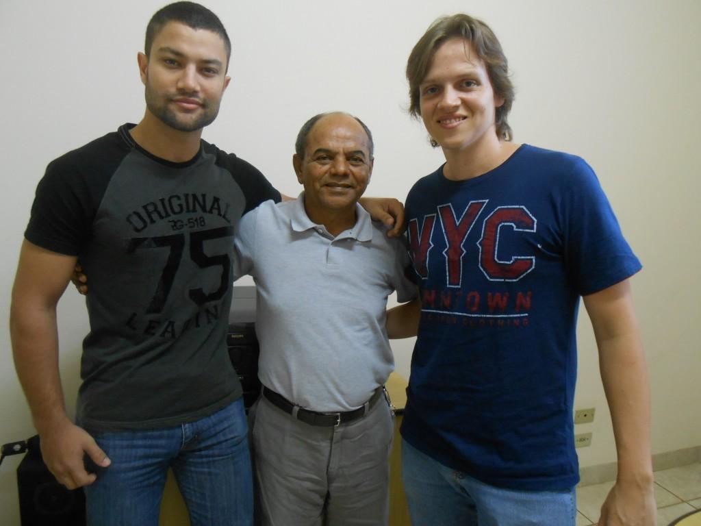 (Professor Áureo Santana ao lado dos coordenadores do Cursinho Ativo, Maurício de Vitto e Gustavo Costa: Foto: Fábio Penariol/Jornal 101)