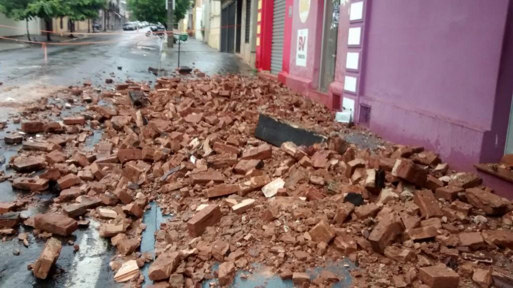 Local está comprometido, segundo Defesa Civil (Foto: Reprodução/Jornal 101)