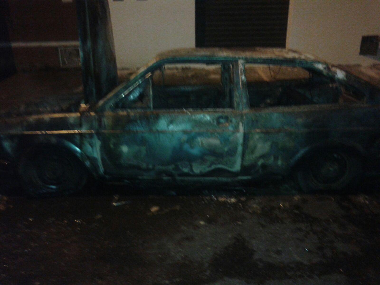 Carro que foi incendiado na madrugada deste domingo pertence a um policial civil