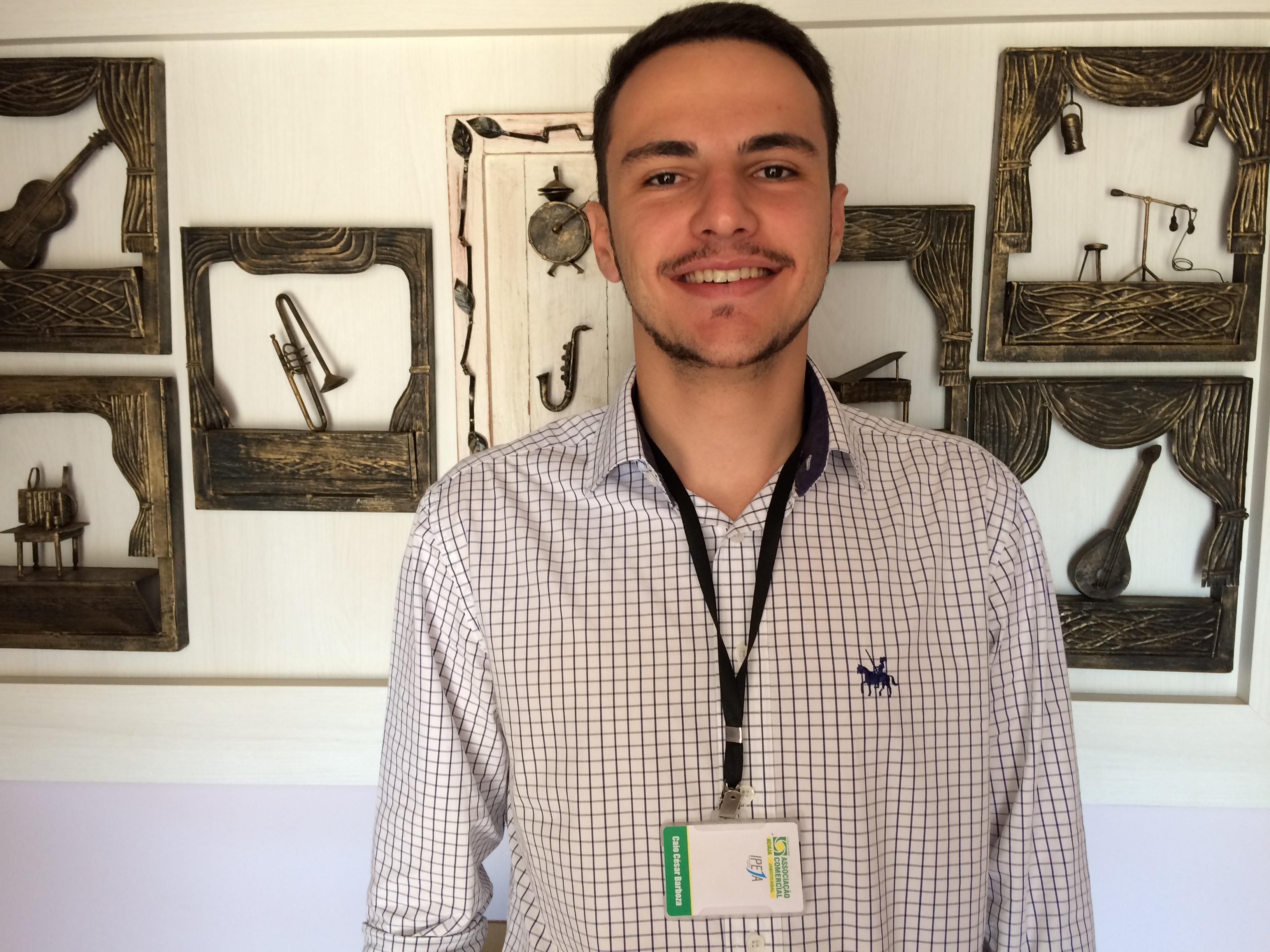 O pesquisador Caio Barboza explicou como é realizada a abordagem com as pessoas (Foto: Fábio Penariol/Jornal 101)
