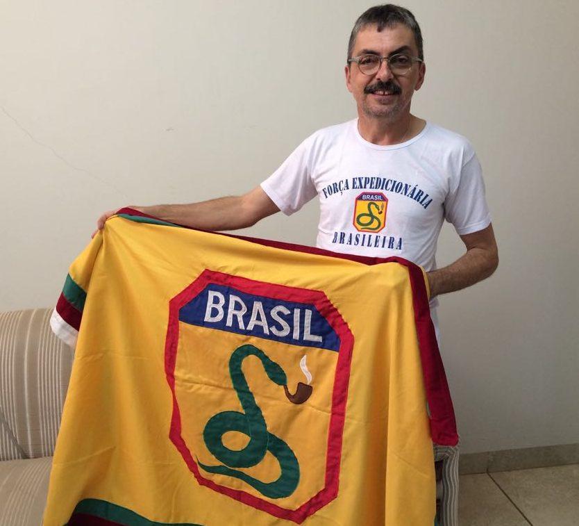 Vitor Santos segurando a bandeira da FEB, Força Expedicionária Brasileira (FOTO: Fábio Penariol/Jornal 101)