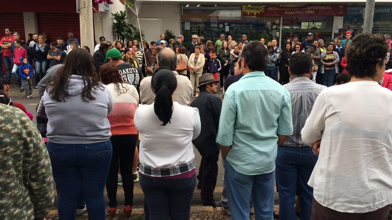 Apesar do tempo frio no início da manhã, várias pessoas compareceram no desfile (Foto: Fábio Penariol/Jornal 101)