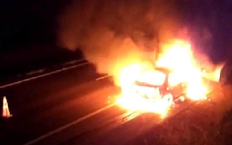 Carro bate em caminhão, é arrastado por 50 metros e pega fogo