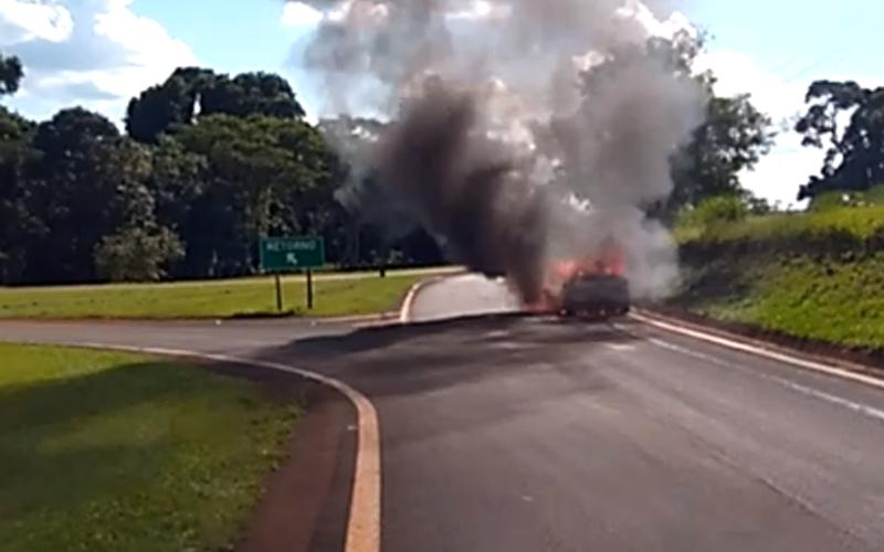 Roubo em pedágio, carro pega fogo e homem baleado são destaques no Plantão Policial