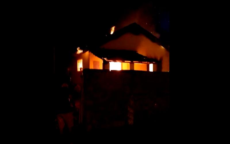 Casa pega fogo, mulher é agredida e estabelecimento comercial é roubado em Jaboticabal