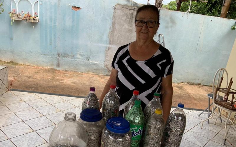 Dona de casa de Jaboticabal junta lacres e tampinhas para o Hospital do Amor de Barretos