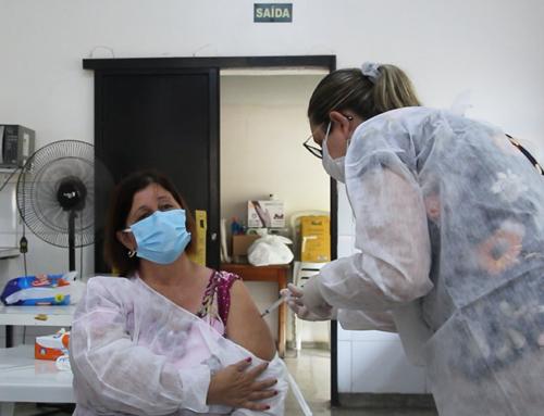 Coordenadora do CAC é a primeira profissional da saúde a receber a vacina contra o novo coronavírus em Jaboticabal