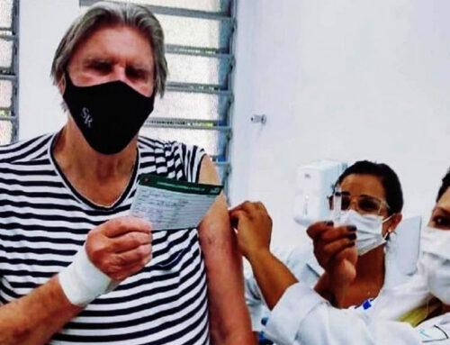 Aos 80 anos, Sérgio Reis é vacinado contra a Covid-19 e faz campanha para população